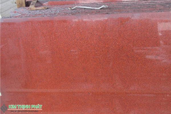 tấm đá đỏ nhuộm