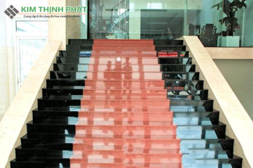 cầu thang đá đỏ nhuộm