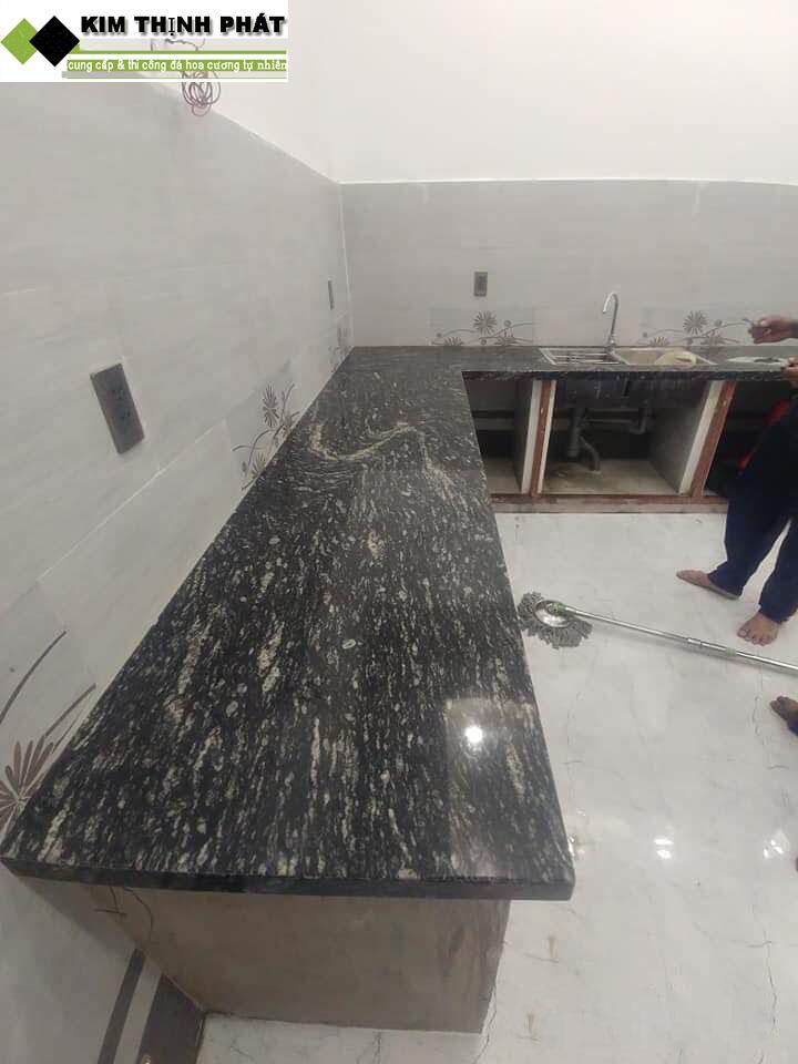 bàn bếp đá đen nhiệt đới