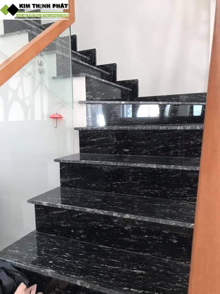 đá ốp cầu thang đen nhiệt đới