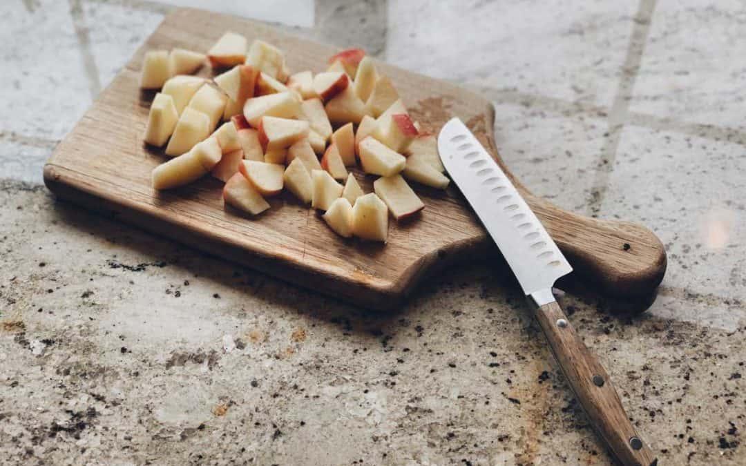 Có Thể Cắt Và Tiếp Xúc Đồ Dùng Nhà Bếp Thường Xuyên Trên Mặt Bàn Đá Tự Nhiên Hay Không