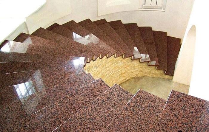 cầu thang nên dùng đá dày hơn