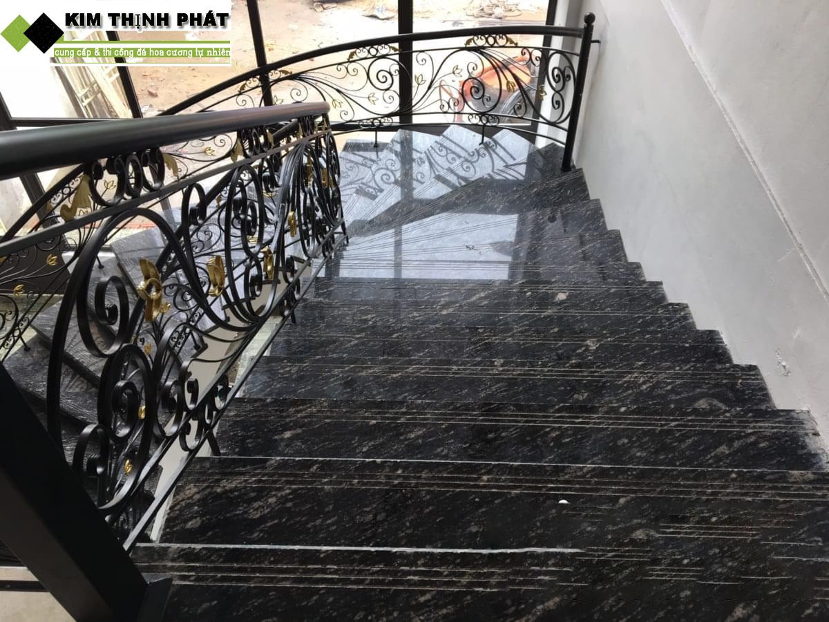 Cầu thang ốp đá Granite đen Nhiệt đới