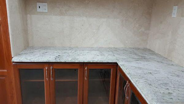 đá bàn bếp màu trắng
