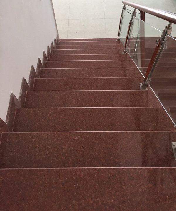 Mẫu ốp đá cầu thang màu đỏ đẹp phổ biến