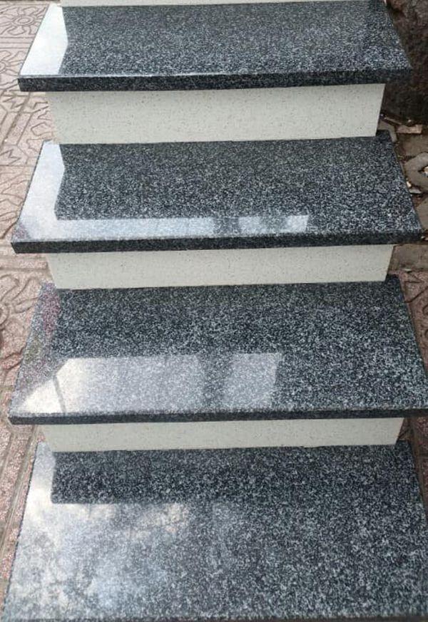 Cầu thang đá màu đen trắng đẹp
