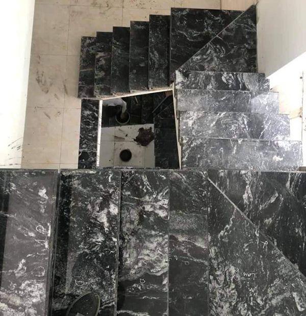Đá ốp cầu thang màu đen tựu nhiên với vân đá đặc biệt