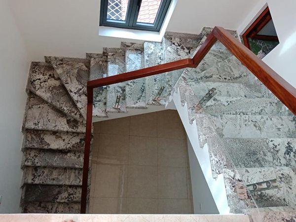 Cầu thang đá màu trắng ấn tượng với vân tự nhiên