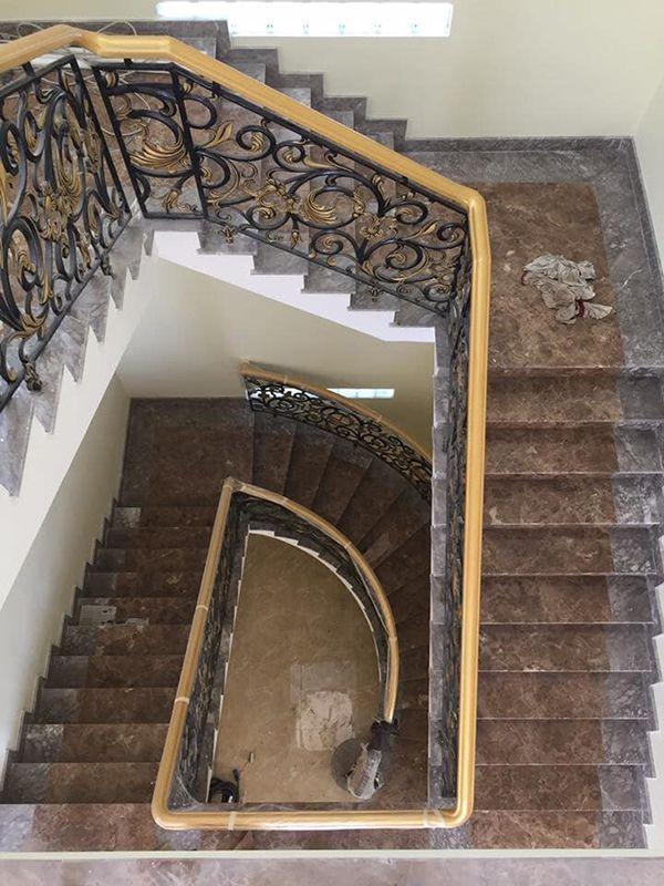 Cầu thang đá màu nâu nhạt là lựa chọn gợi ý cho quý khách