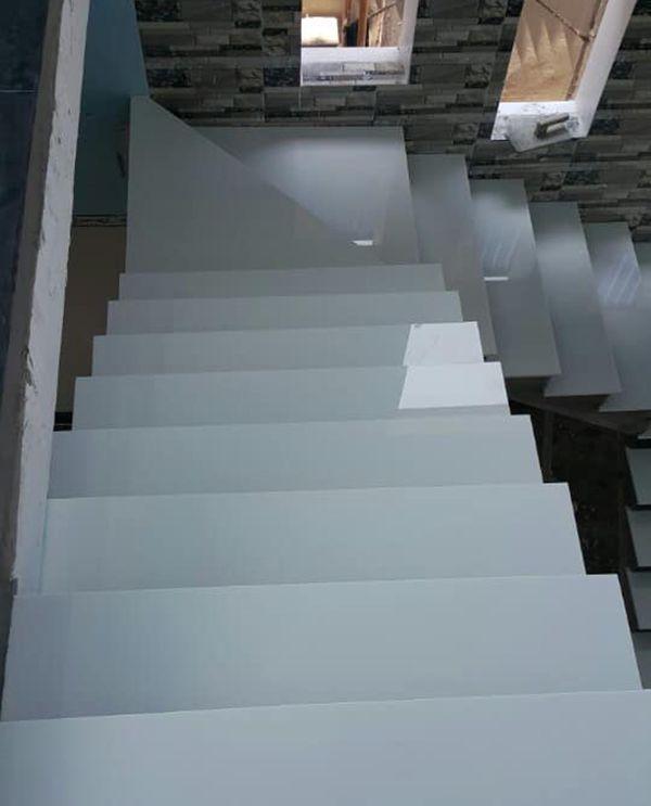 Cầu thang đá trắng sứ nhân tạo