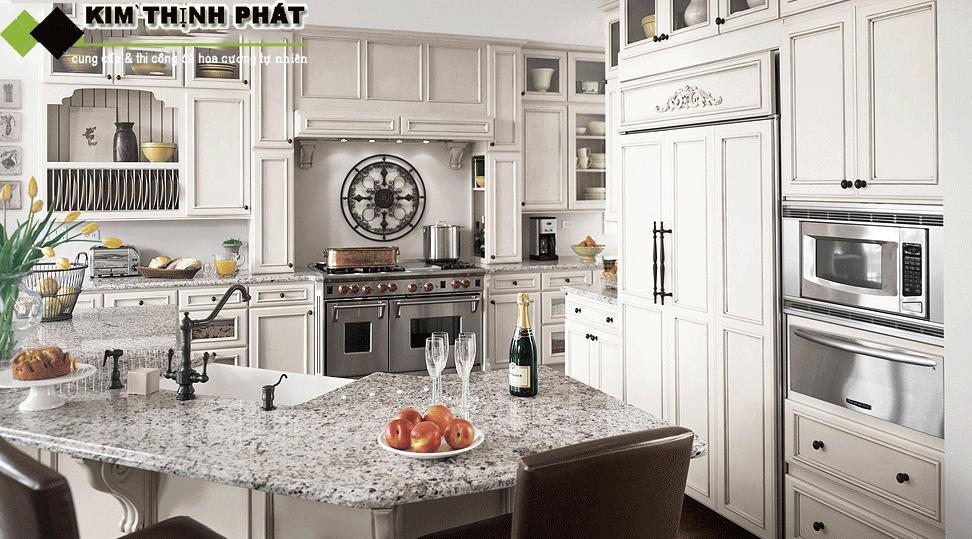 Không gian nhà bếp ốp bàn đá Granite trắng xà Cừ