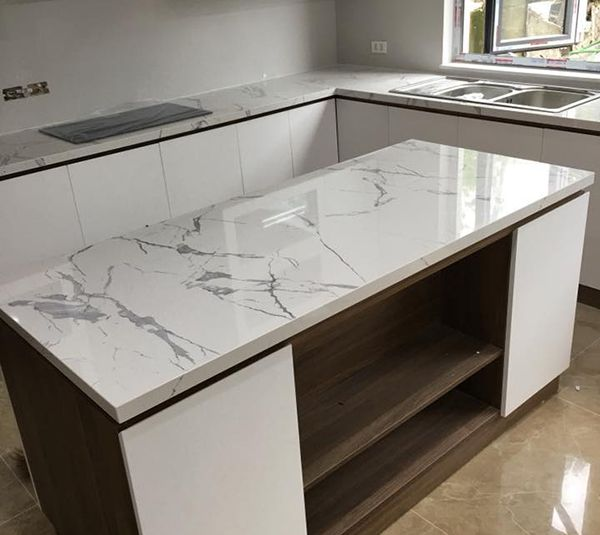 đá ốp bàn bếp màu trắng nhân tạo