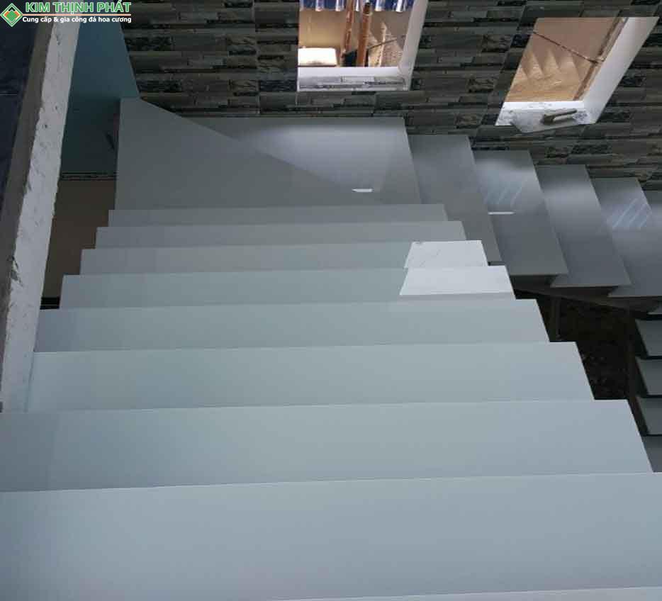 Hình ảnh ứng dụng đá Trắng Sứ ốp cầu thang